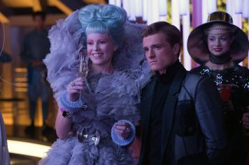 elizabeth-banks-josh-hutcherson-dans-hunger-games-embrasement_width1024