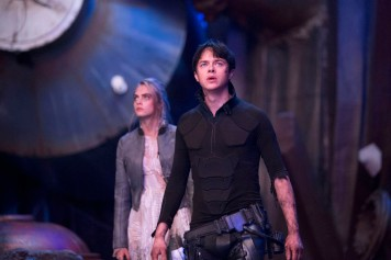 Cara Delevignge and Dane DeHaan star in Luc Besson's VALERIAN AND THE CITY OF A THOUSAND PLANETS. Credit: Lou Faulon Copyright: © 2016 VALERIAN SAS Ð TF1 FILMS PRODUCTION.